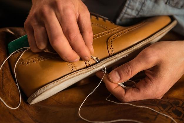 ワークショップで靴を作る靴屋 無料写真