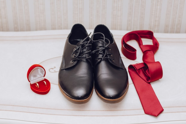 Shoes, tie and a wedding ring Premium Photo