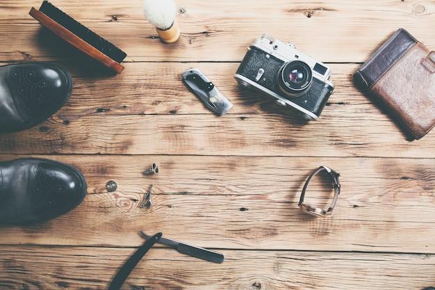 木製の靴時計、財布、カメラ Premium写真
