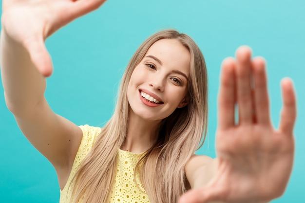 Shoping and sale concept: красивая несчастная молодая женщина в желтом элегантном платье Premium Фотографии
