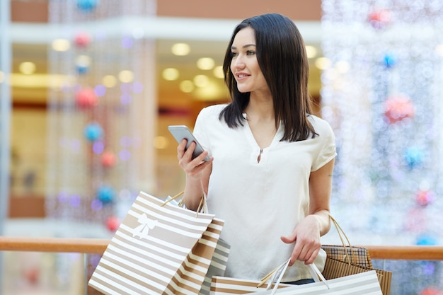Shopper with smartphone Free Photo