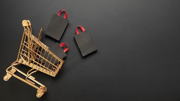 황금 장바구니에 쇼핑백 프리미엄 사진