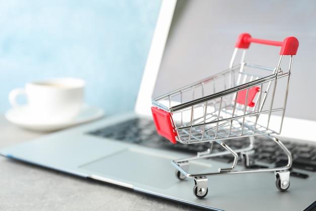 쇼핑 카트, 커피 및 노트북 복사 공간 컵 프리미엄 사진