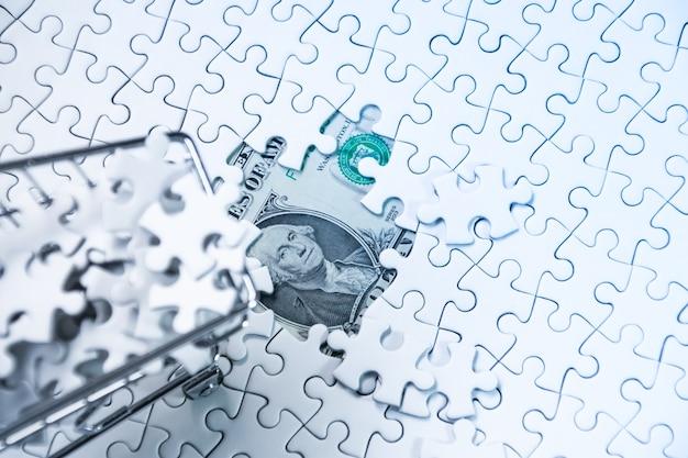 돈 달러, 비즈니스 솔루션 개념, 성공을위한 열쇠에 직소 퍼즐로 가득한 쇼핑 카트 프리미엄 사진