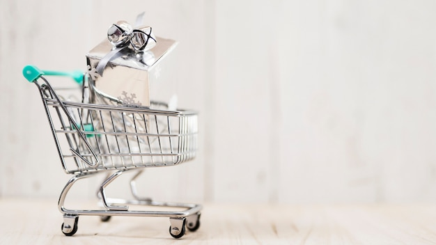 Shopping cart with christmas gift Free Photo