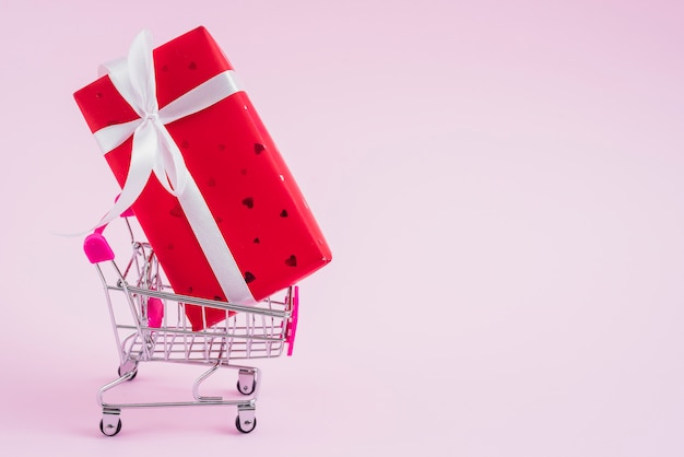 Shopping cart with valentine's day gift box Free Photo