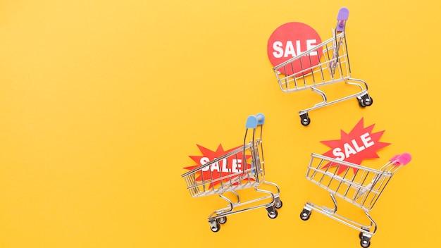 판매 배지를 들고 쇼핑 카트 프리미엄 사진