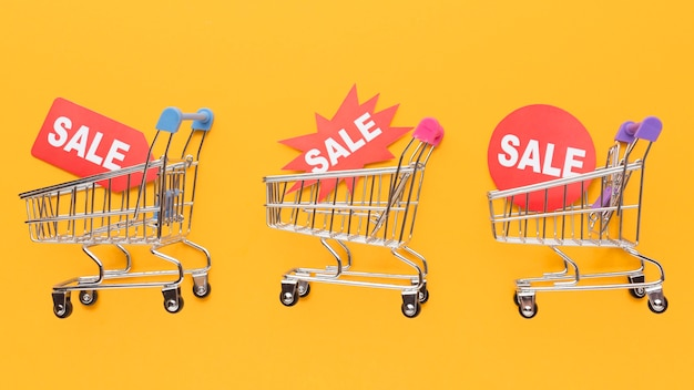 판매 라벨을 들고 쇼핑 카트 프리미엄 사진
