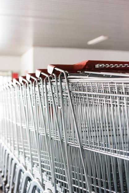 슈퍼마켓 밖에서 쇼핑 카트 무료 사진
