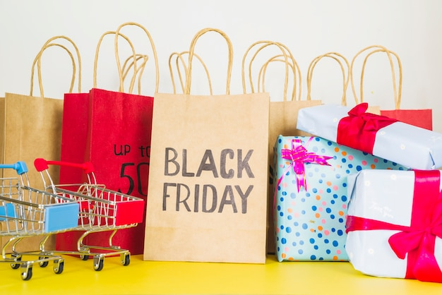 Shopping packets near supermarket carts and present boxes Free Photo