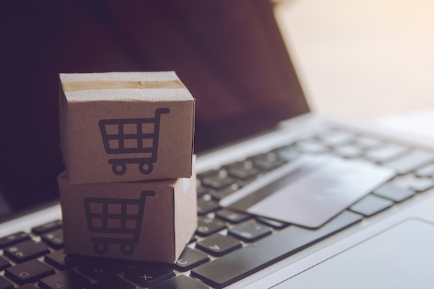 Shopping service on the online web. with payment by credit card and offers home delivery Premium Photo