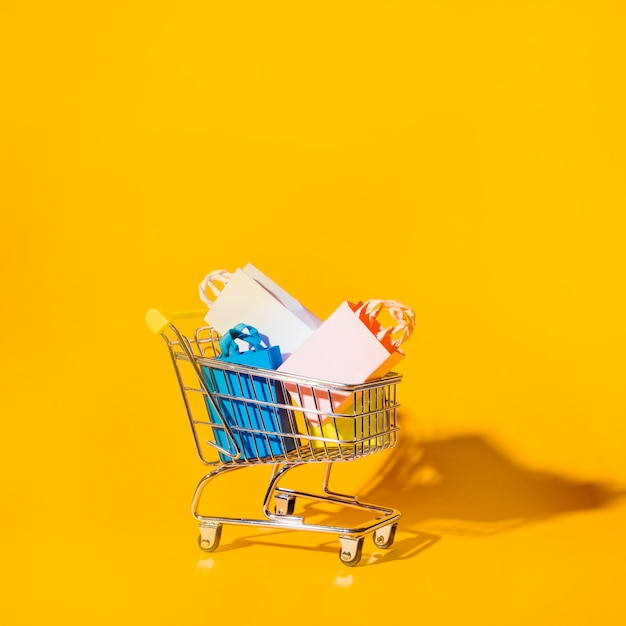 Shopping trolley with packets Free Photo