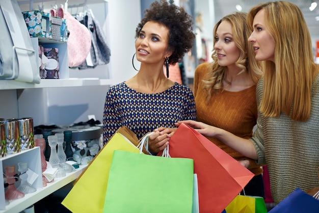 Shopping con i migliori amici Foto Gratuite