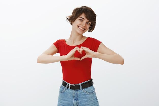 Девушка с короткими волосами позирует в красной футболке Бесплатные Фотографии