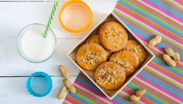 Песочное молочное печенье с измельченными орехами, молоком и медом. Premium Фотографии