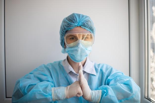 Inquadratura di una donna che indossa un equipaggiamento di protezione del personale medico Foto Gratuite