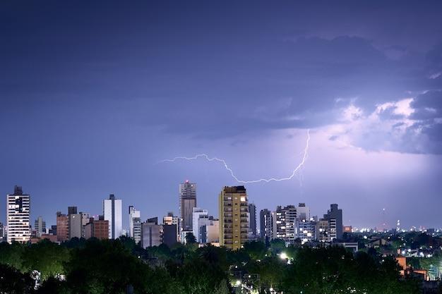Colpo del fulmine sullo skyline della città Foto Gratuite