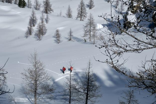 雪に覆われた山のショット、コルデラロンバルデイゾラ2000フランスでハイキングする人々 無料写真