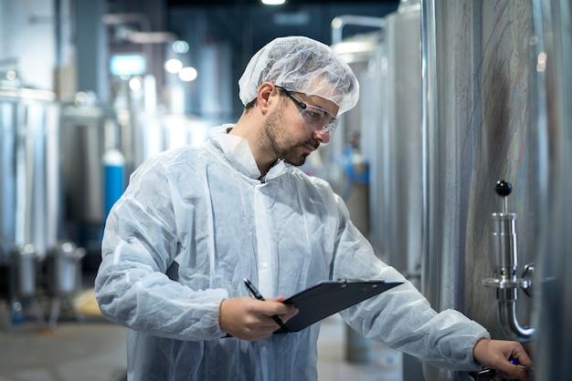 製薬または化学産業で生産を管理している中年の集中技術者労働者のショット 無料写真