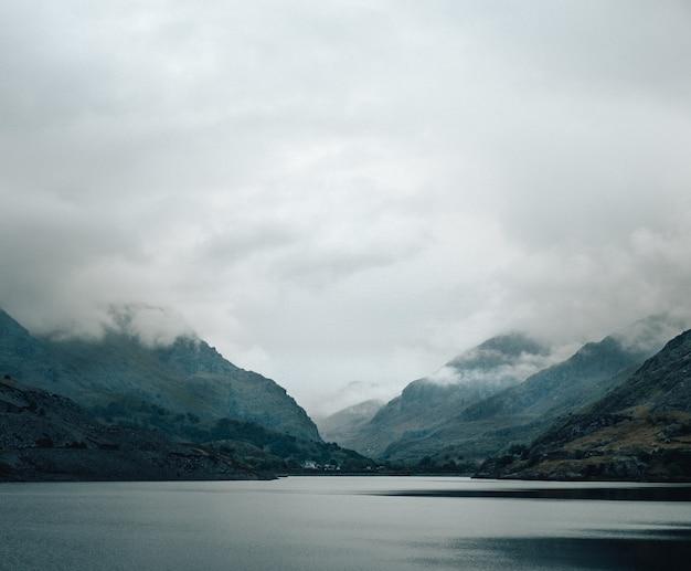 아름다운 호수, 백그라운드에서 안개 낀 산의 총 무료 사진