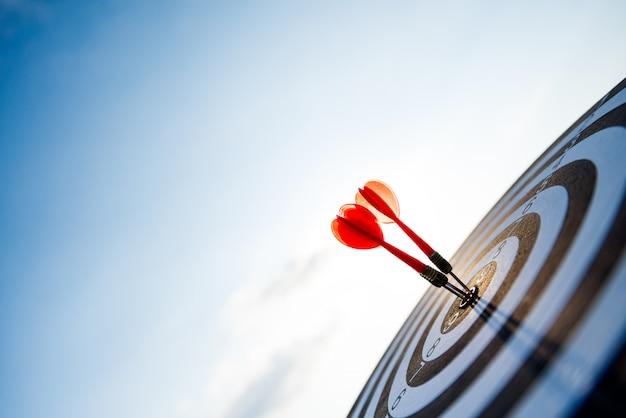 Снято красные стрелки дротиков в центре цели, цели дела или концепции успеха цели. Premium Фотографии