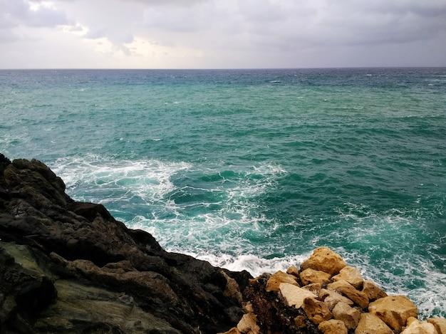 Colpo della costa rocciosa a fuerteventura, spagna durante tempo nuvoloso Foto Gratuite