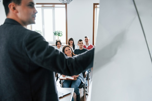 Отображение данных. группа людей на бизнес-конференции в современном классе в дневное время Бесплатные Фотографии