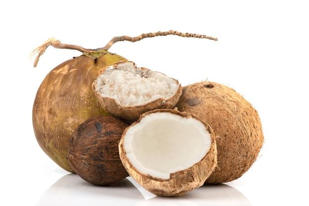 Измельченный кокос, весь кокос, изолированные на белом. Premium Фотографии