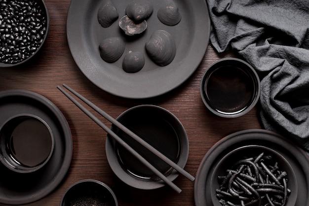 Черная паста с креветками с моллюсками и соевым соусом Бесплатные Фотографии