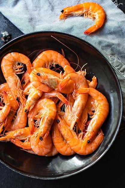 새우 새우 해산물 요리를 먹을 준비가 플레이트 스낵에 제공 프리미엄 사진