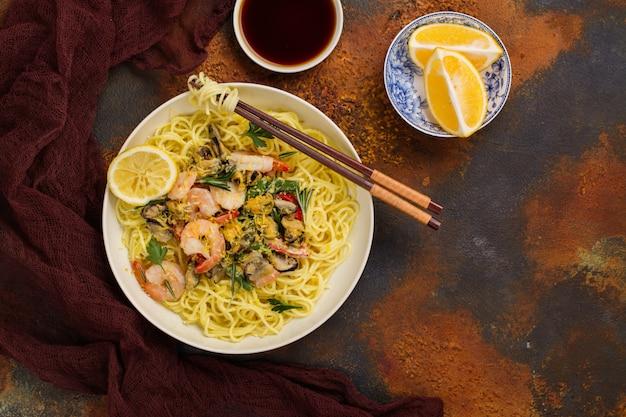 Shrimps and mussels noodle Premium Photo