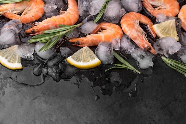 레몬과 허브와 함께 얼음에 새우 무료 사진