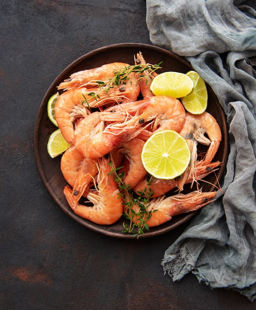 Shrimps served on a plate Premium Photo