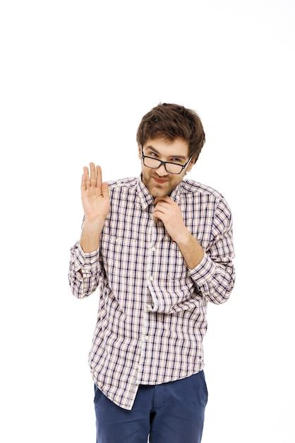 Застенчивый и скромный парень в очках говорит привет Бесплатные Фотографии