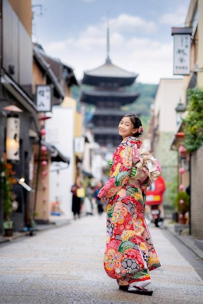 Сианя в японском традиционном кимоно в пагоде ясака Premium Фотографии