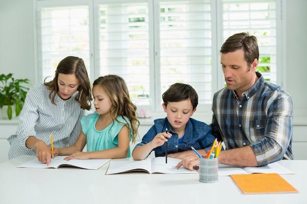 Братьям и сестрам помогают с домашними заданиями от родителей Premium Фотографии