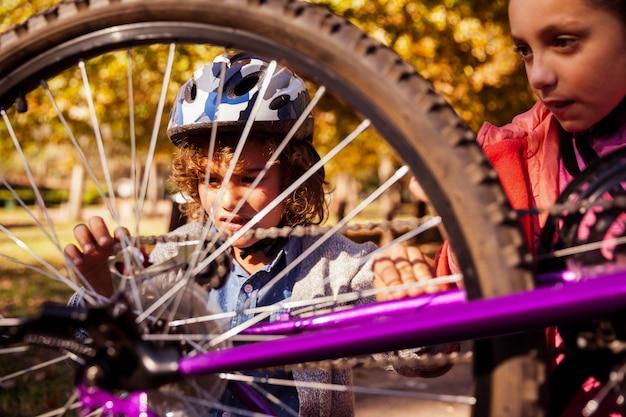 Братья и сестры ремонтируют горный велосипед Premium Фотографии