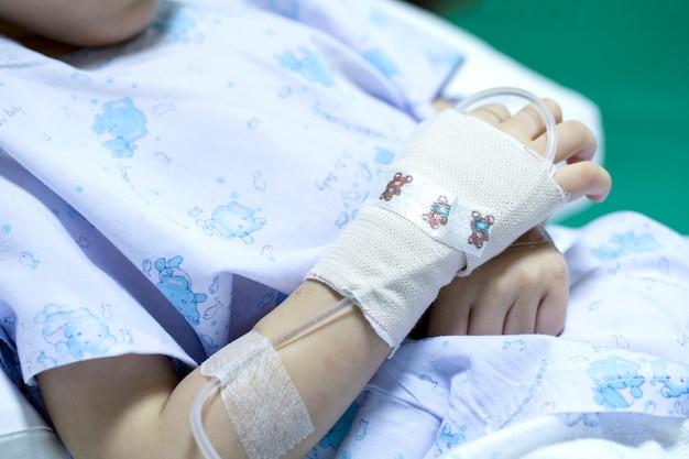 病院で食塩水を受けることに病気の子供 Premium写真