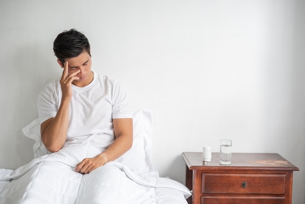 Il malato si sedette sul letto, toccandole la testa con la mano. Foto Gratuite