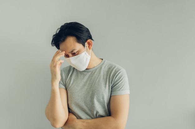 灰色のtシャツに白い衛生マスクを着ている病人 Premium写真