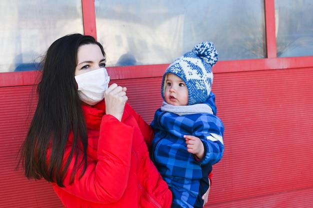 Больная мама гуляет с ребенком. эпидемическая ситуация. новый коронавирус (covid 19). Premium Фотографии