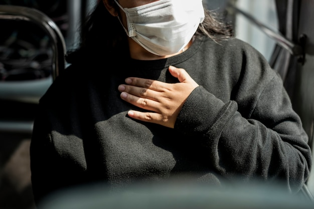 Больная женщина в маске испытывает затрудненное дыхание во время пандемии коронавируса Бесплатные Фотографии
