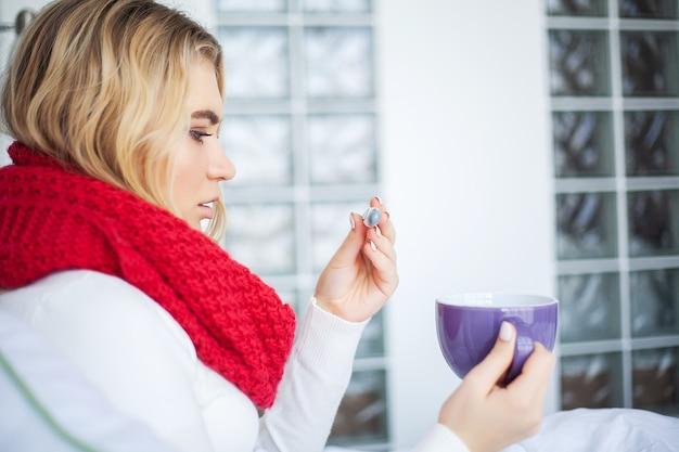 Больная женщина гриппом. женщина страдает от холода, лежа в постели с тканями. Premium Фотографии