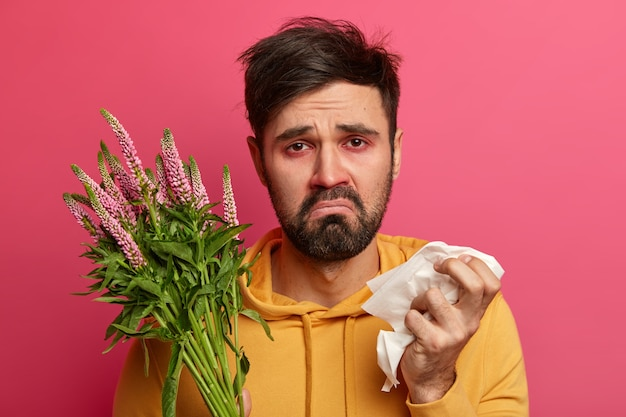 Больной молодой человек, страдающий аллергией, изолированные Бесплатные Фотографии