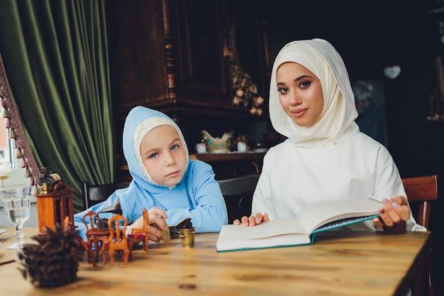 파란색 Hijab를 입고 이슬람 소녀의 측면 초상화 프리미엄 사진