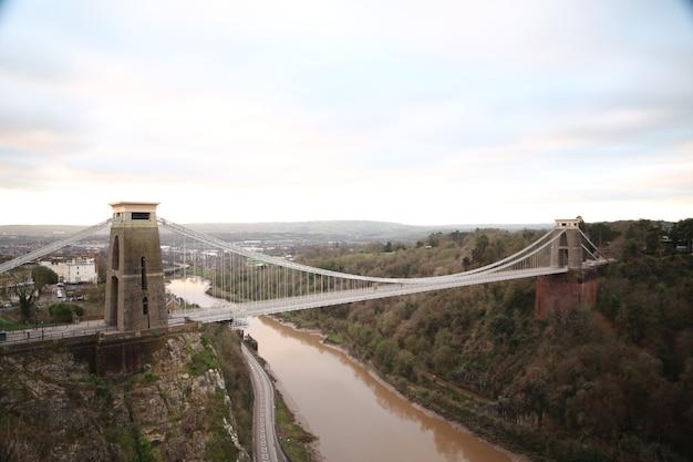 クリフトン吊橋と英国ブリストルの川のサイドショット 無料写真