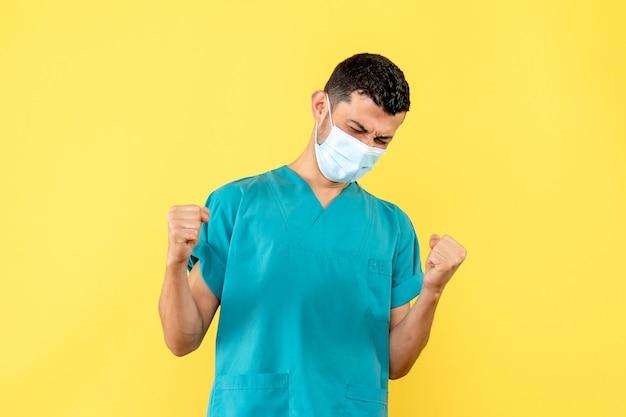 의사의 측면보기 새로운 검역으로 인해 마스크의 의사가 행복합니다. 무료 사진