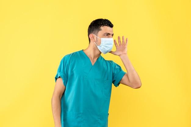 Вид сбоку врач врач в маске рассказывает о коронавирусной инфекции Бесплатные Фотографии
