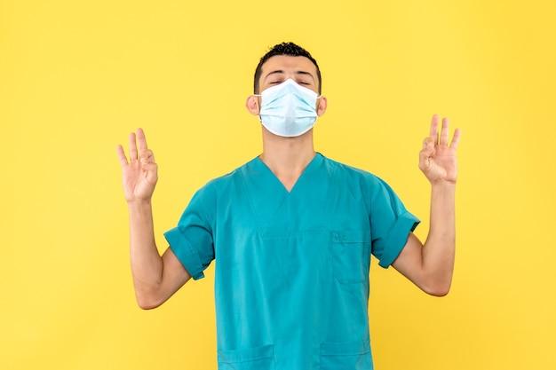 의사의 측면보기 의사가 사람들에게 코로나 바이러스 감염시해야 할 일을 말함 무료 사진