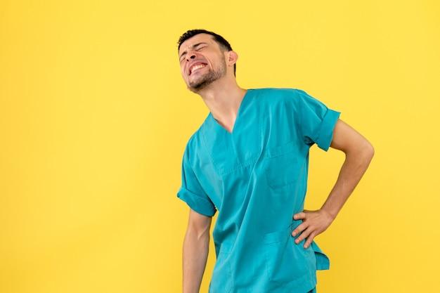 Вид сбоку врач врач говорит, что делать, если у вас болит спина Бесплатные Фотографии